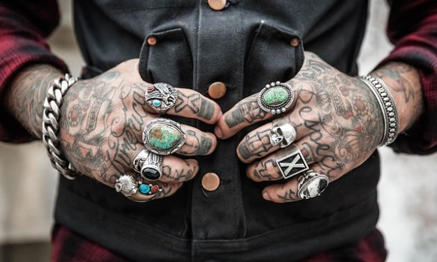 Tatuaggio sul gomito: accenni