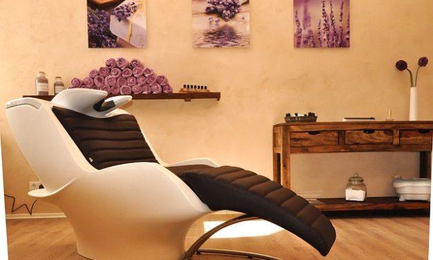 Risparmiate denaro per il parrucchiere: ecco come tagliare la punta dei capelli lunghi