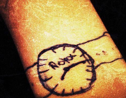 Tatuaggio sul polso interno: notare quanto segue