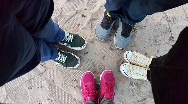 Combinare scarpe da ginnastica alla moda con i tacchi a zeppa: è così che funziona