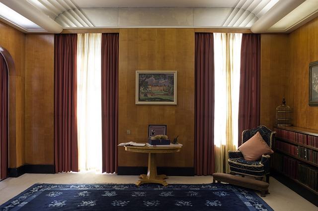 Montaggio di uno specchio nella camera da letto al for Uno casa design