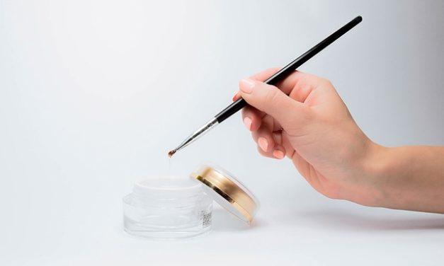 Applicare correttamente lo smalto per unghie