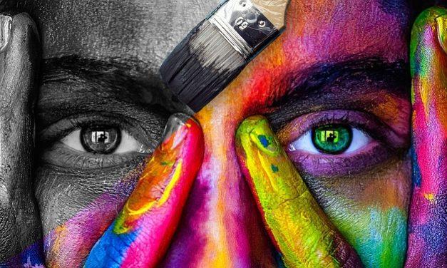 Capelli biondi scuri e occhi blu: quali colori sono adatti?