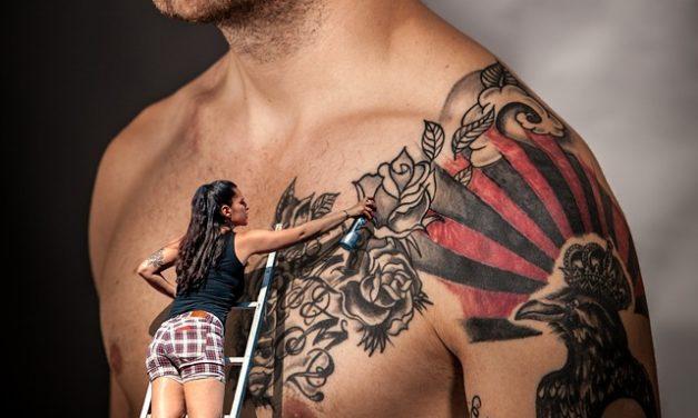 Tatuaggio sotto il seno: nota questo