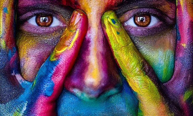Rafforzare il colore degli occhi con uno stile e un trucco adeguati