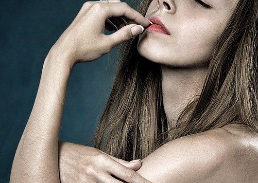 Unghie colorate: così si può dare alle unghie un look elegante
