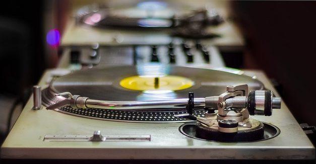 Decora la tua sala musicale con dischi in vinile: come decorare una sala musicale in stile