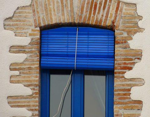 Montaggio della tendina a rullo sul telaio della finestra: è così che funziona
