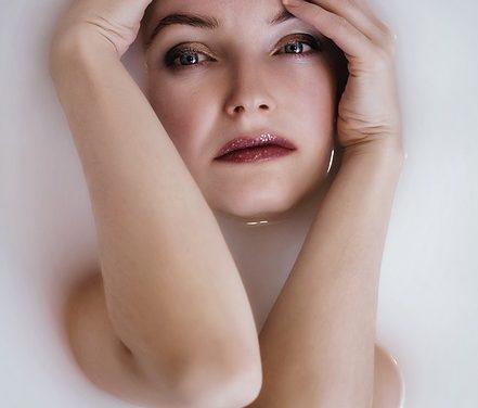 Occhi marroni e capelli biondi: trucco punte per gli occhi
