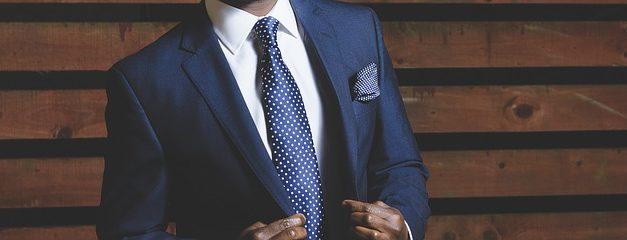Indossare camicia con cravatta nei pantaloni: consigli di moda