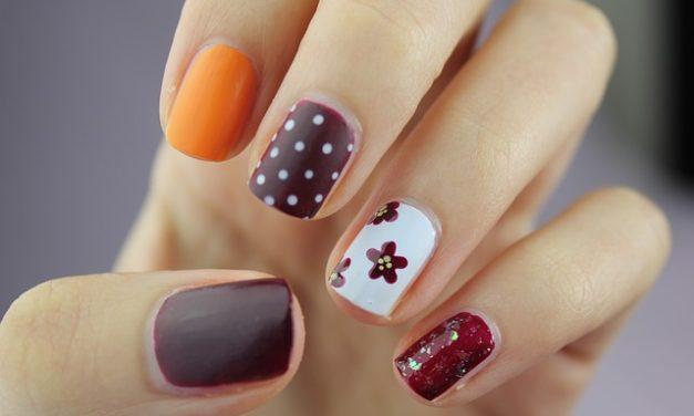 Unghie dipinte: come rimuovere lo smalto per unghie