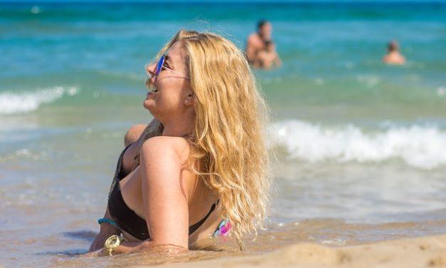 Diventa marrone senza abbronzatura: è così che puoi sottolineare la tua abbronzatura naturale