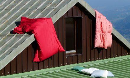 Arredamento elegante di una camera da letto con tetti inclinati: è così che funziona