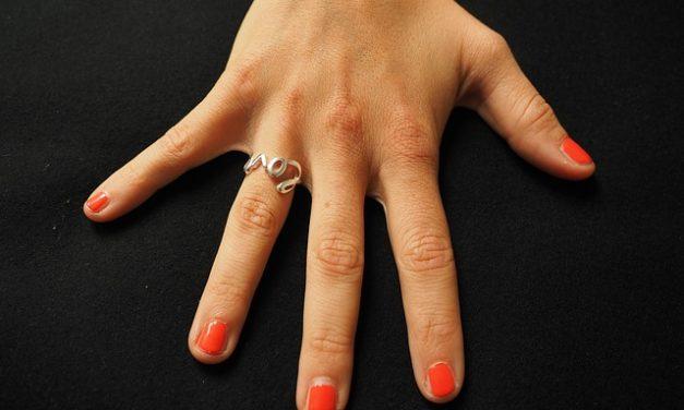Smalto per unghie in argento abbinato con successo agli abiti