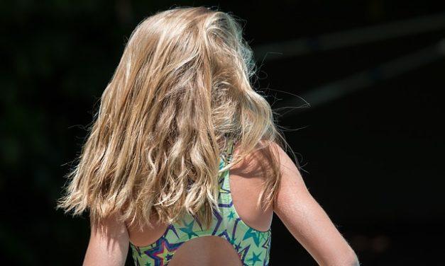 Utilizzare lo shampoo arricciamento per capelli lisci: si noti quanto segue