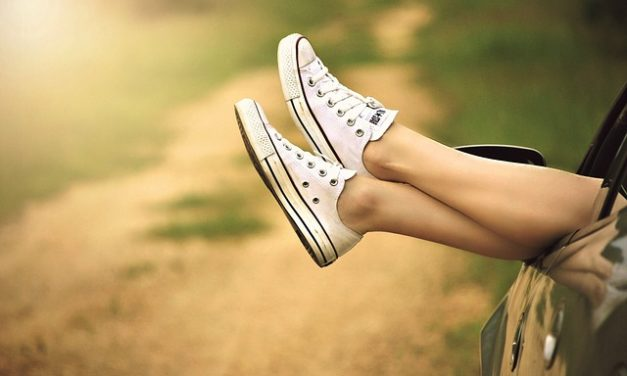 Indossare scarpe a piedi nudi: bisogna fare attenzione a che